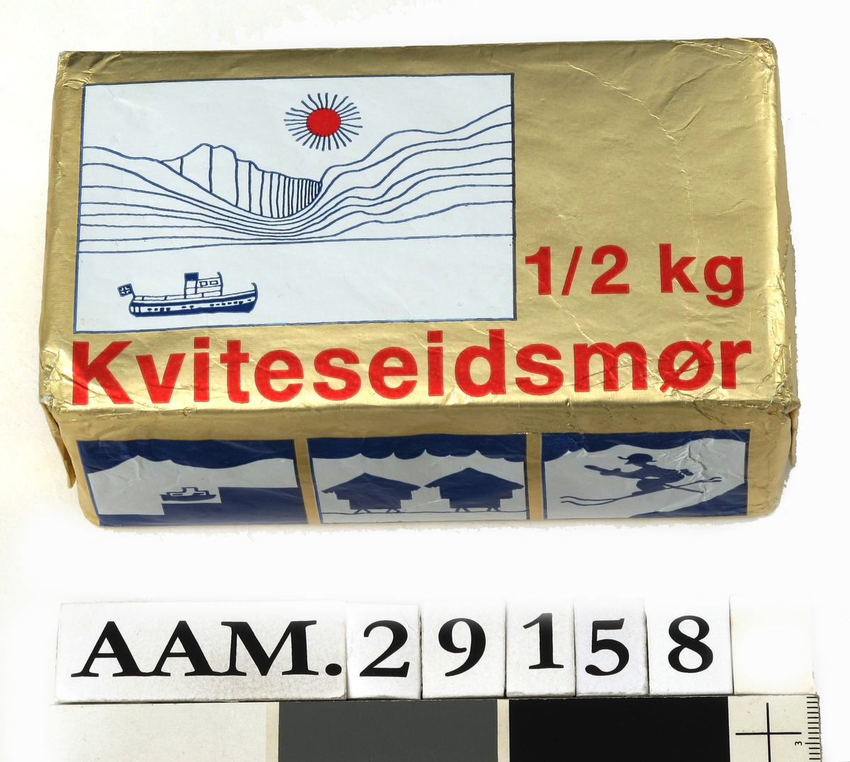 Tegning av Sundkilen i Kviteseid, en del av Telemarkkanalen, med karakteristiske fjell i bakgrunnen og en strålende sol. På sjøen passasjerbåten Victoria. Motivet viser utsikten fra meieriet i Kviteseidbyen.