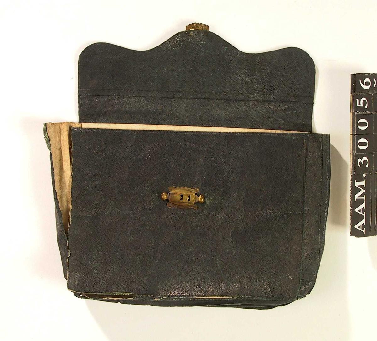 Form: Som en mappe, lukkes ved at baksiden med bølgeformet avslutning brettes over forsiden og lukkes der med lås.