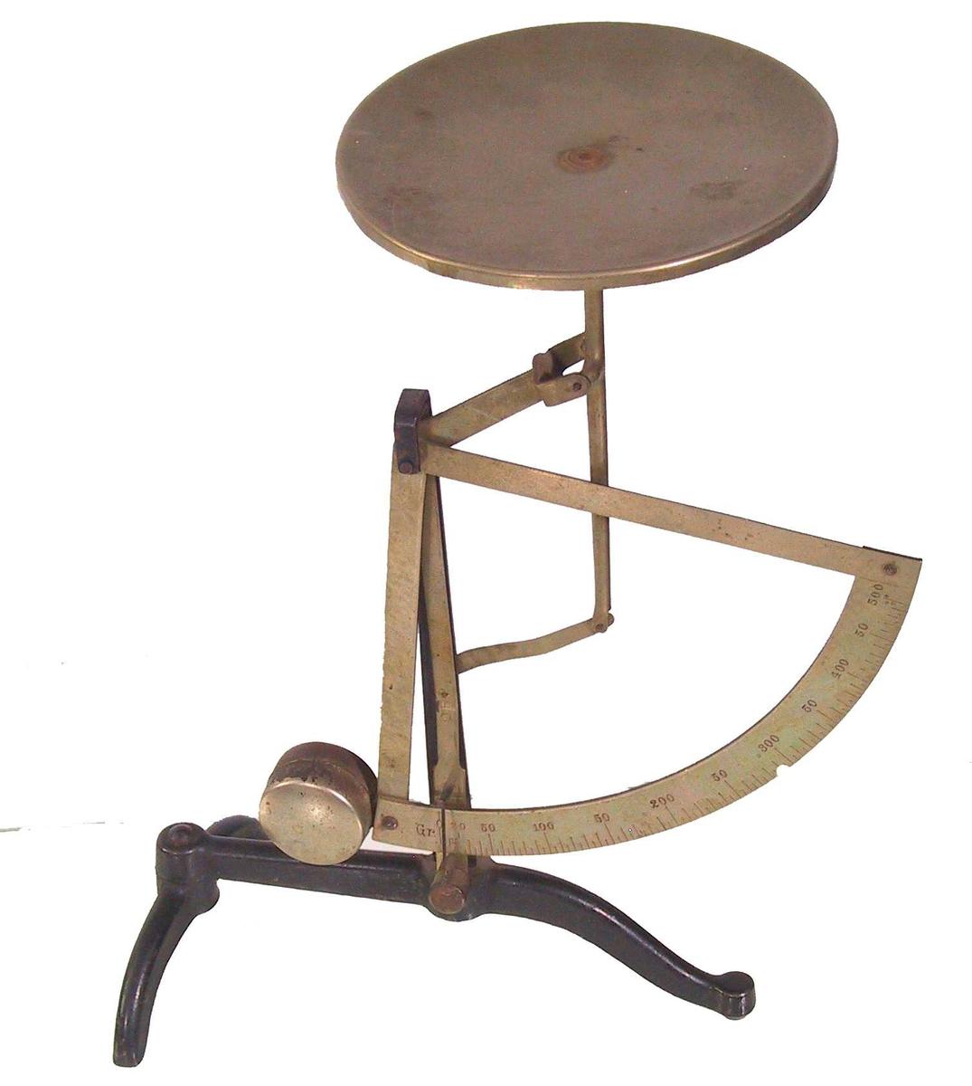 Form: 3 bein, sirkelformet plate til å legge det som skal veies på.