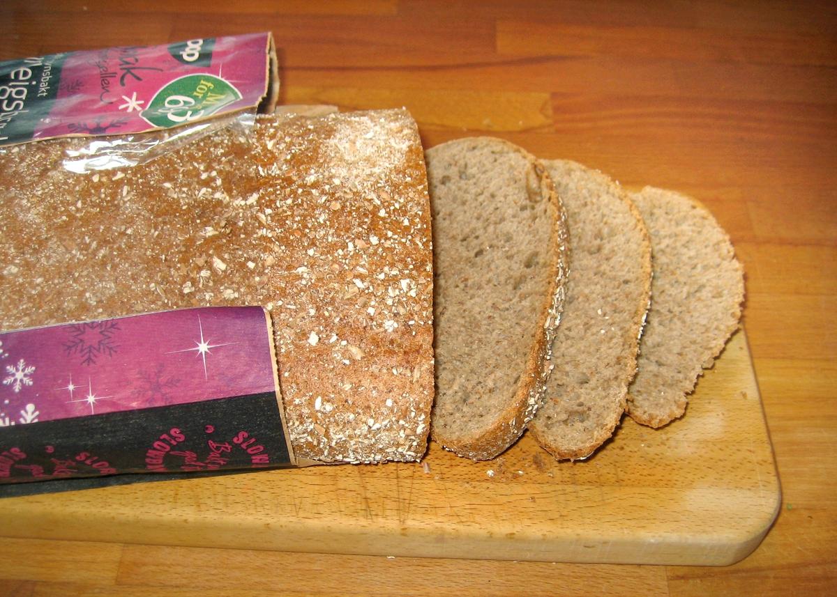 På brødposen finnes to motiv. Første motiv: To bakere som står med en ferdig deig. En ung og en eldre. Det ser ut som om den unge bakeren er under opplæring. Annet motiv: Et brød som tas ut av ovnen. Det steinovnsbakte surdegisbrødet er samme type som FIA.00845, forskjellen er at dette brødet har fått et lilla bånd øverst på posen med iskrystaller som viser til en kampanje: Miks 3 for 69,- kroner.