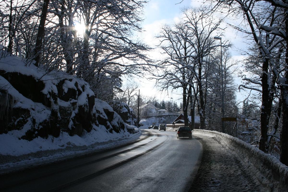 Langsæparken og Parkveien.Snødekket landskap i motlys.