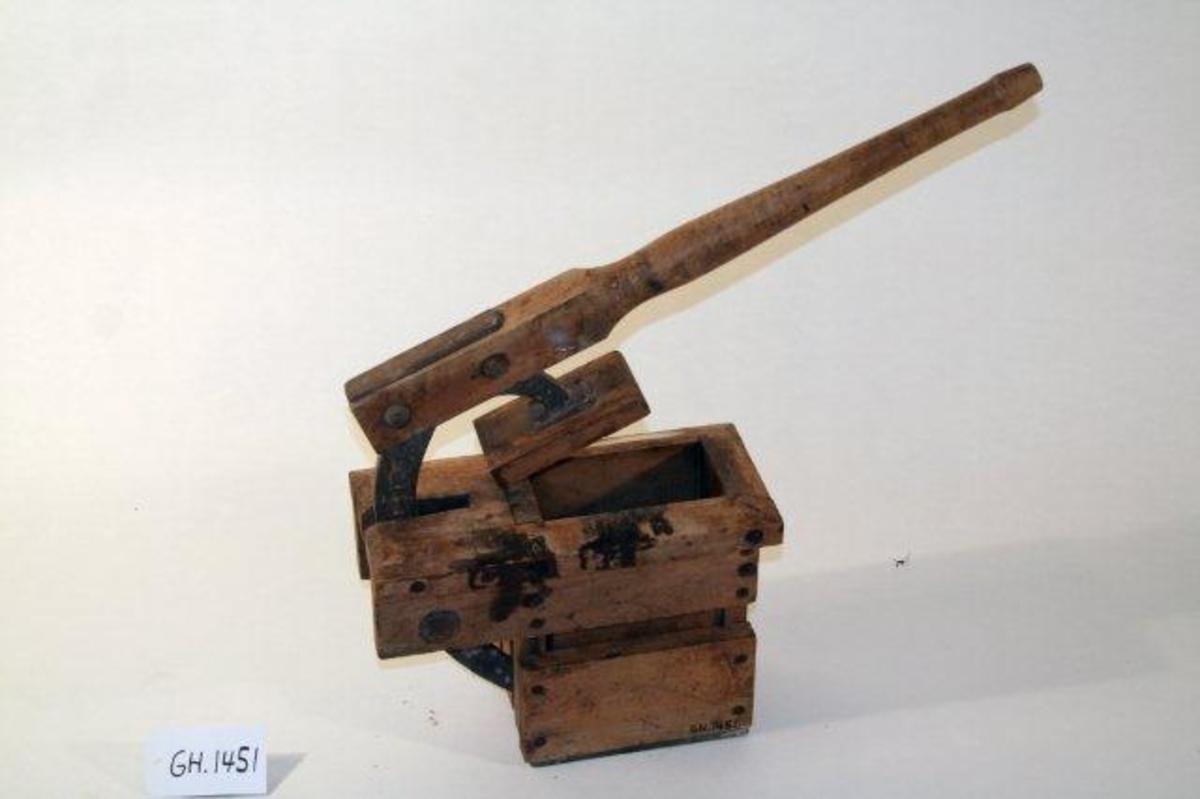Form: Skaft med presse forbundet med sinkbøyle til trekloss med åpning til smørformen