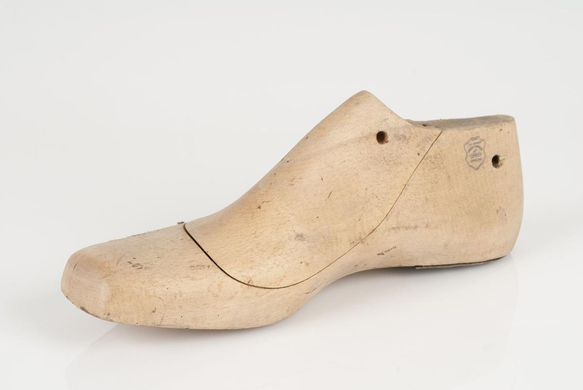 En tremodell i to deler; lest og opplest/overlest (kile). Høyrefot i skostørrelse 42. Hælstykket av metall.