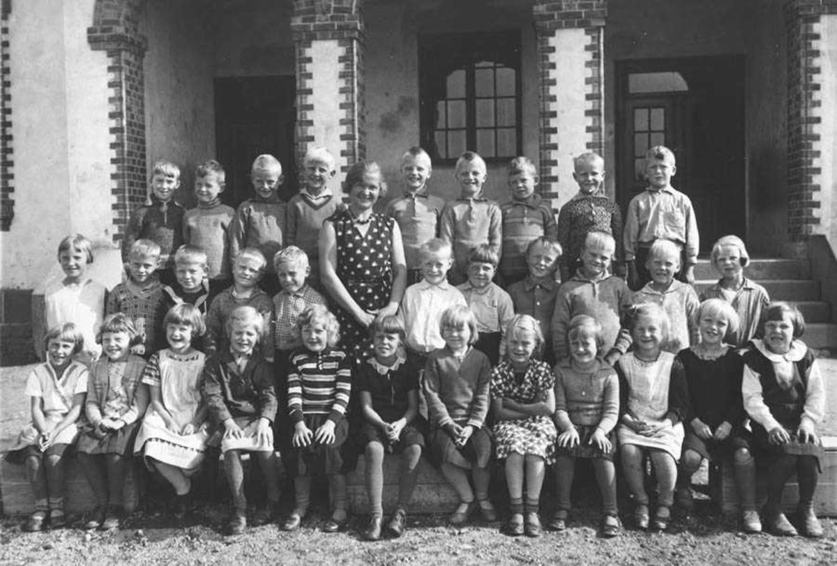 1. klasse Kontra skole Ca. 1932. Lærerinne frk. Barbro Myhre