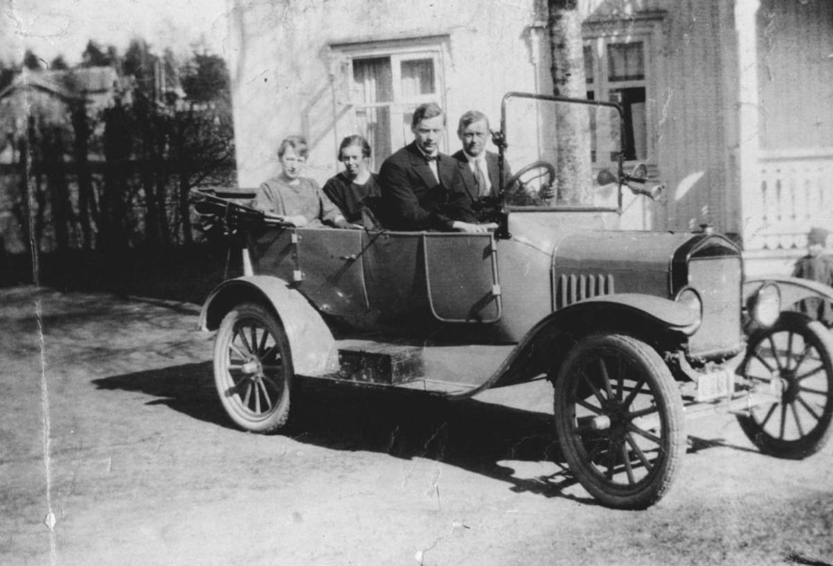 4 personer i bil (T-Ford).