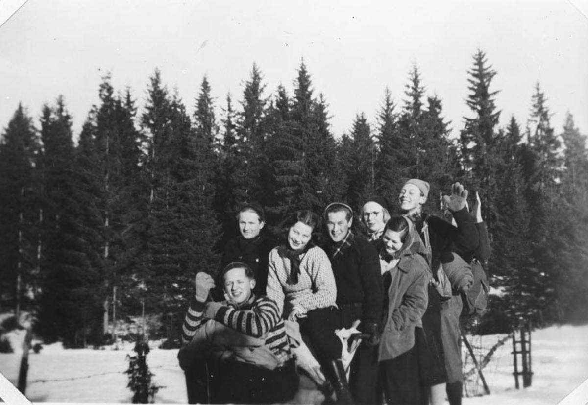Gruppebilde. Ungdommer ute i sneen.