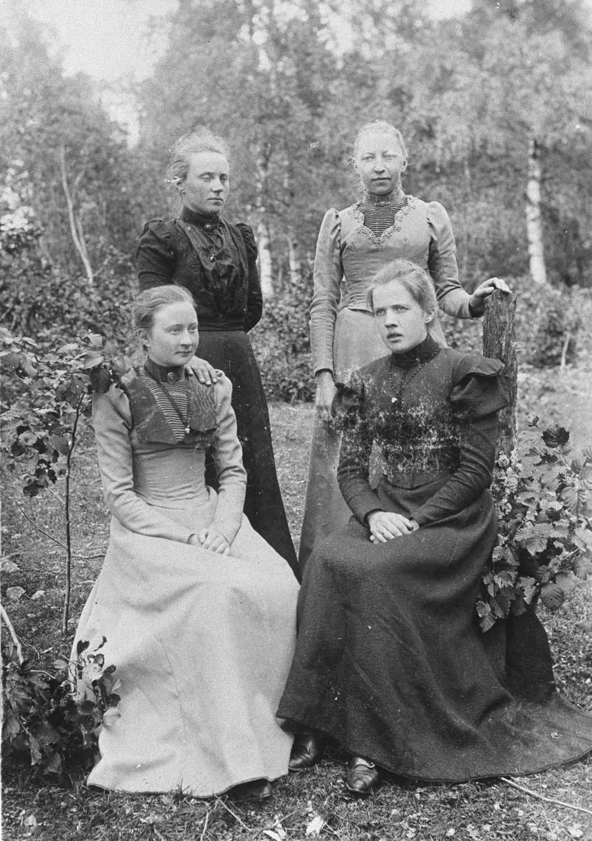 """Fire stuepiker hos """"fine familier"""" i Sandefjord."""