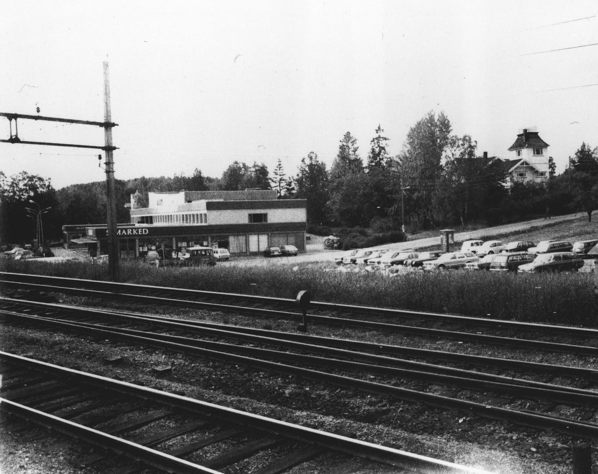 Samfunnshuset med S - Markedet beliggende i nærheten av Tårnhuset og jernbanen