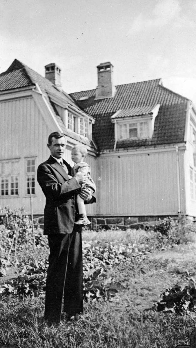 Steffan Gjørvad med Lars Johan på armen.