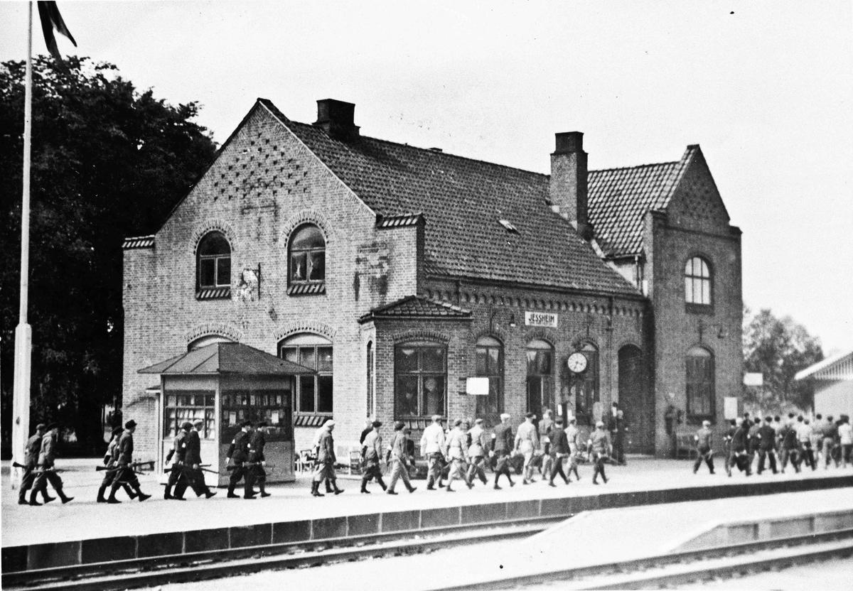 Hjemmestyrker på Jessheim stasjon.