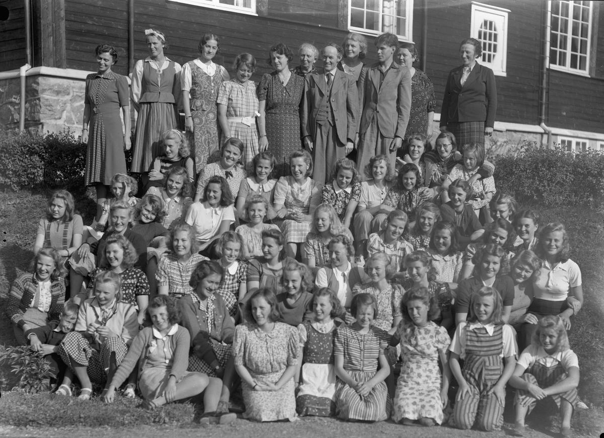 Gruppe. Utenfor Eidsvoll Landsgymnas. Kan være rektor Jacob Voss med dress og slips bakerst. Han var rektor fra 1922 og fram til 1945.