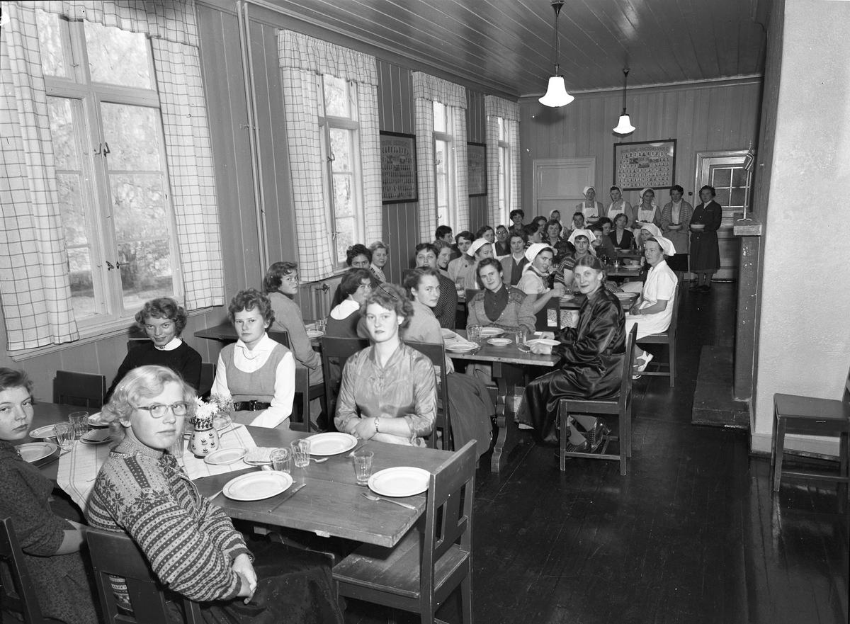 Middag for elever og lærere ved Romerike Ungdomsskole.