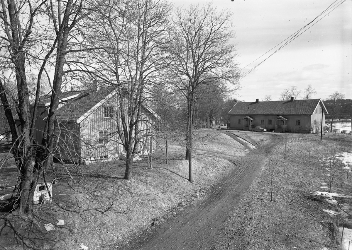 To hus. 1940-50 talls bilmodell utenfor. Bergermoen.