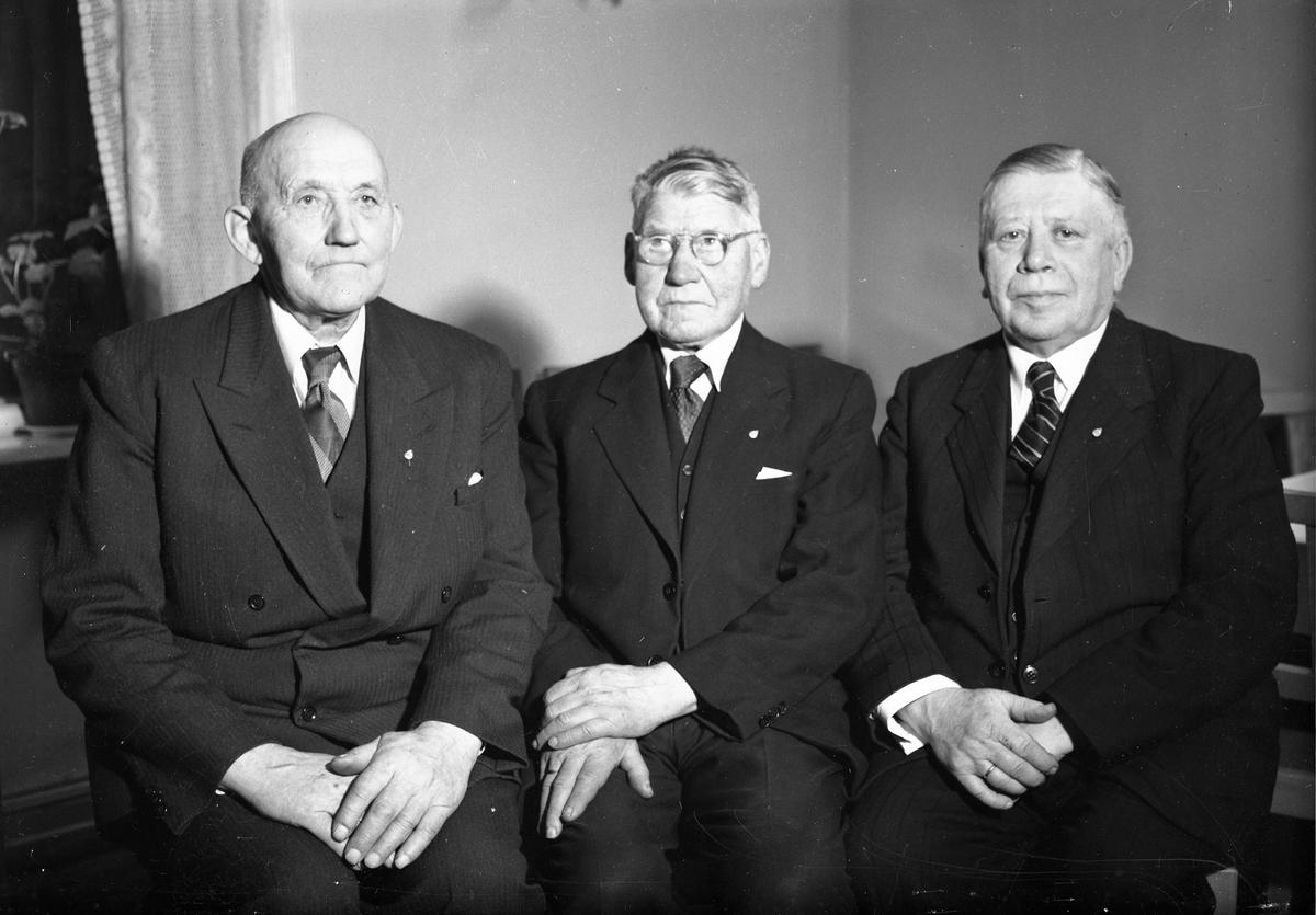 3 eldre menn. Kirketjener Hilde til høyre.