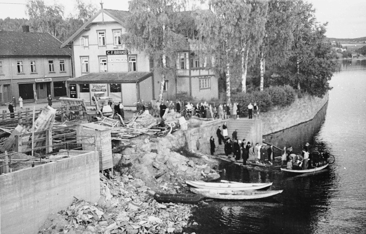 Båtfrakt over Vorma i tiden etter at Sundbrua ble sprengt d. 12.04.1940.