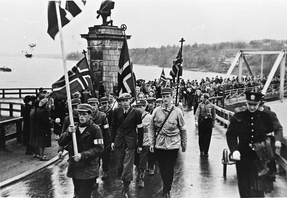 Hjemmestyrker i 17. mai-tog 1945 på Sundbrua.