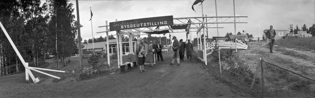 Panoramabilde fra Eidsvoll Bygdeutstilling i 1955. Ved Eidsvoll Landsgymnas, som kan sees i bakgrunnen til venstre.