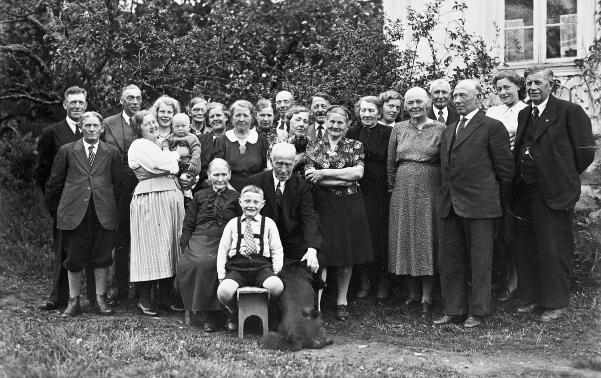 Familiene Hoel/Blakkisrud. Bildet trolig tatt i 1946.