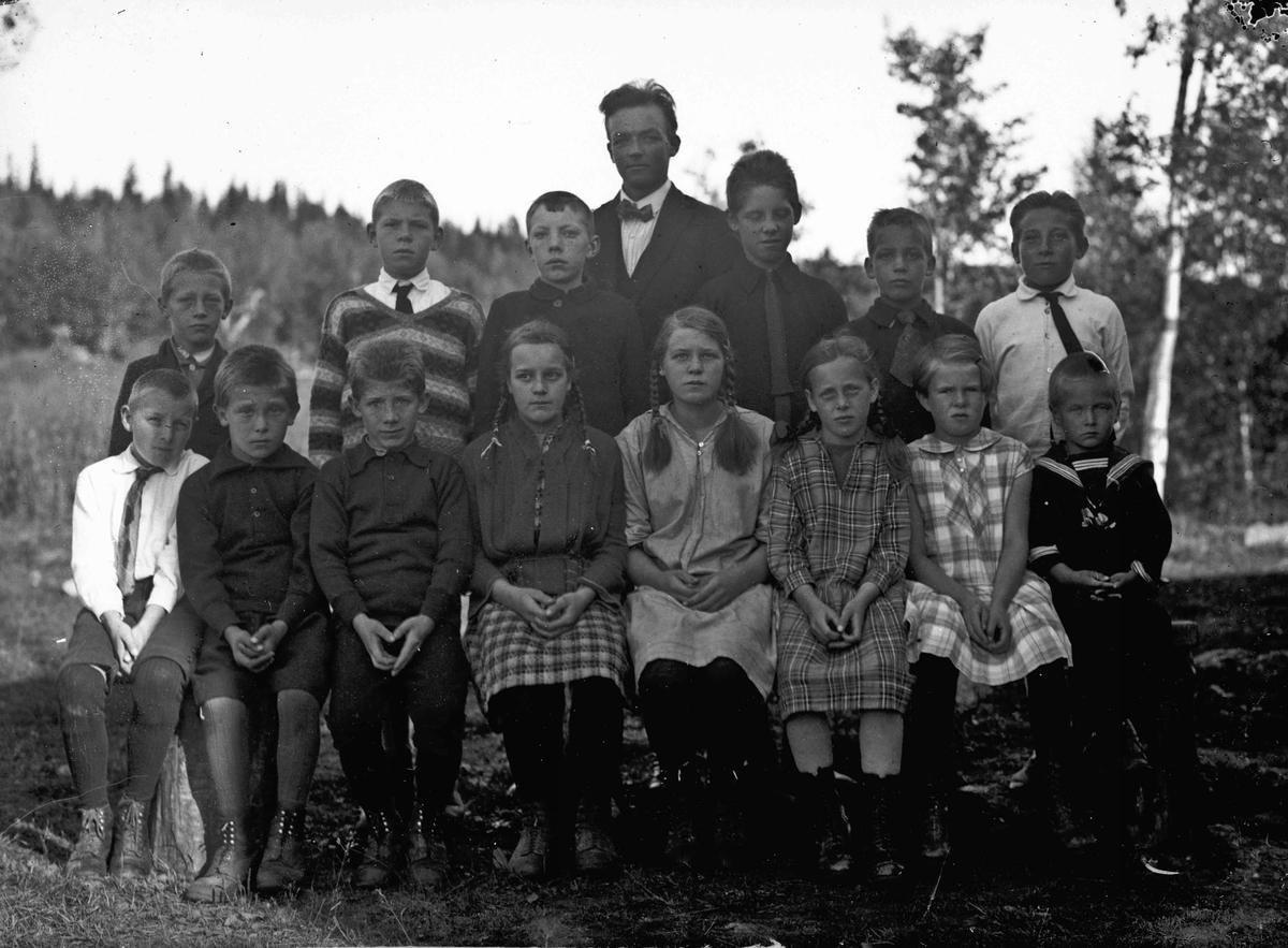 Skoleklasse med Olav Østerud fra Hurdal som lærer