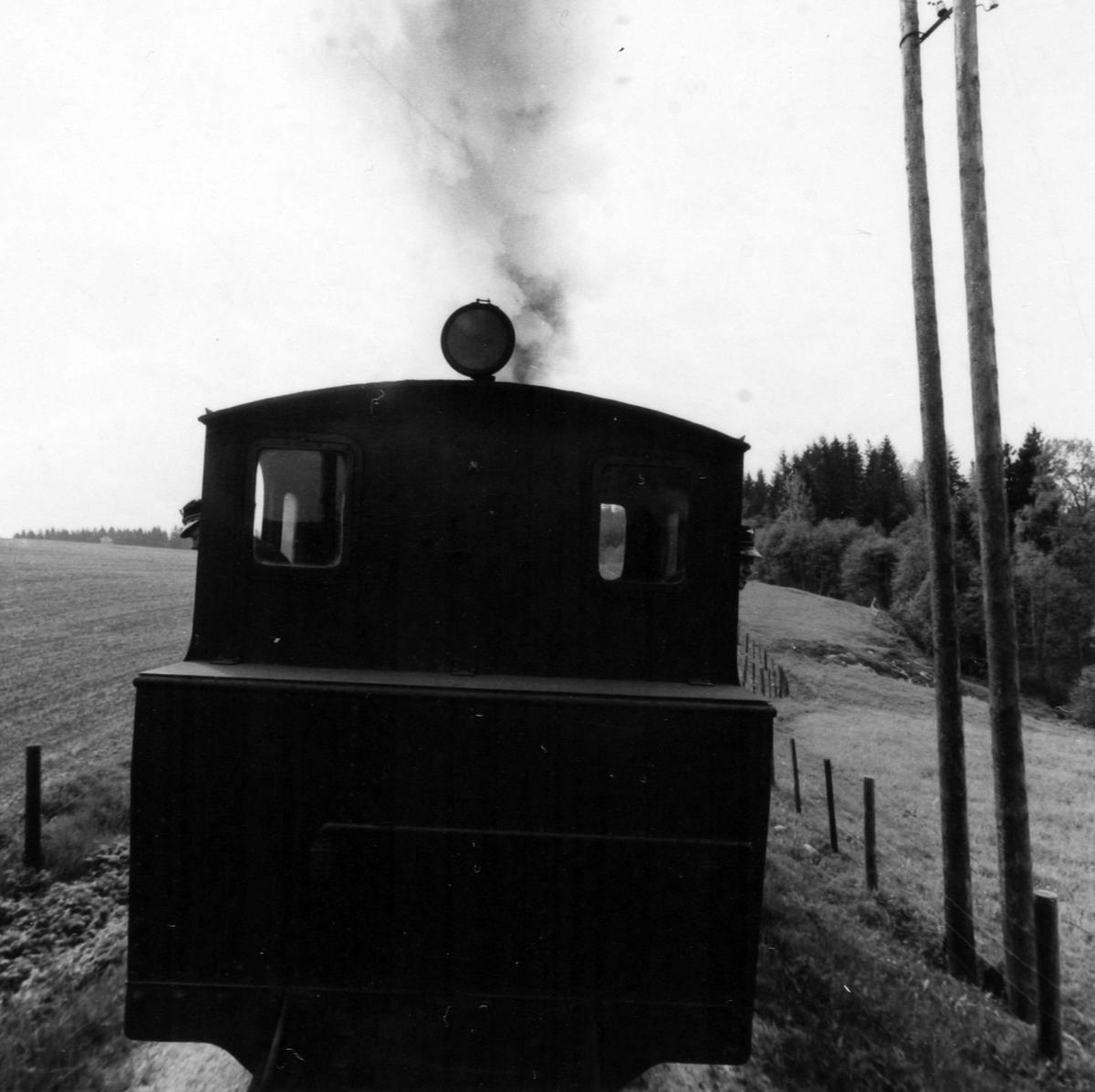 Tog 2051 til Skulerud på vei opp Harkerudbakken.