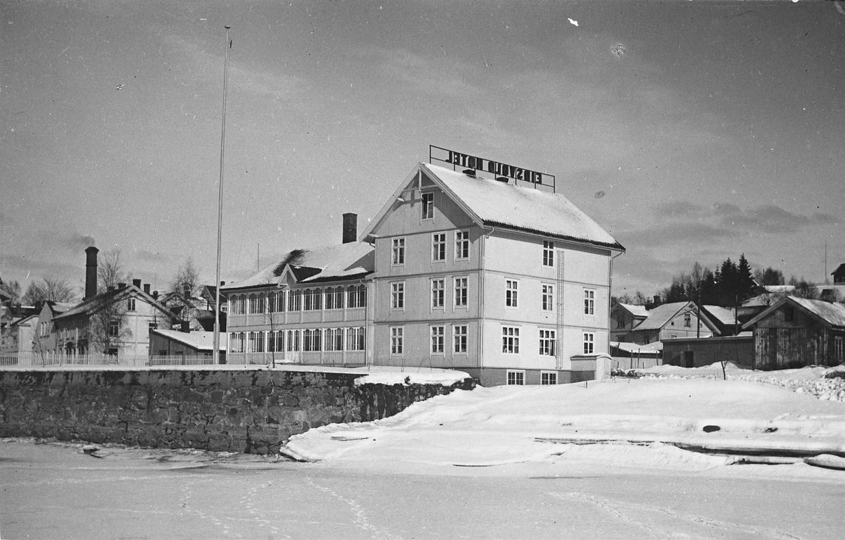 Eidsvoll Hotell vinterstid. Bilde tatt fra isen ute på Vorma.