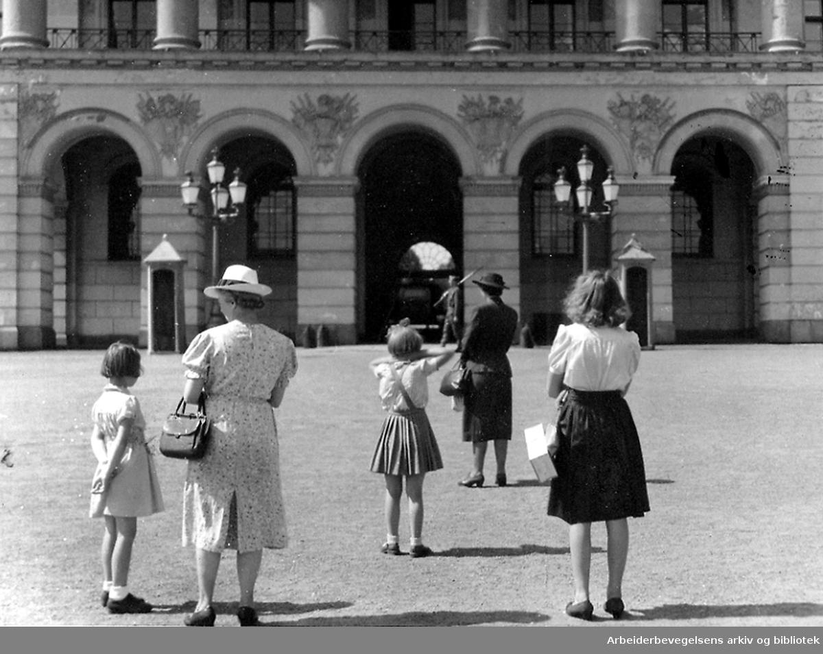 Kvinner og barn foran Slottet,.19. juli 1945