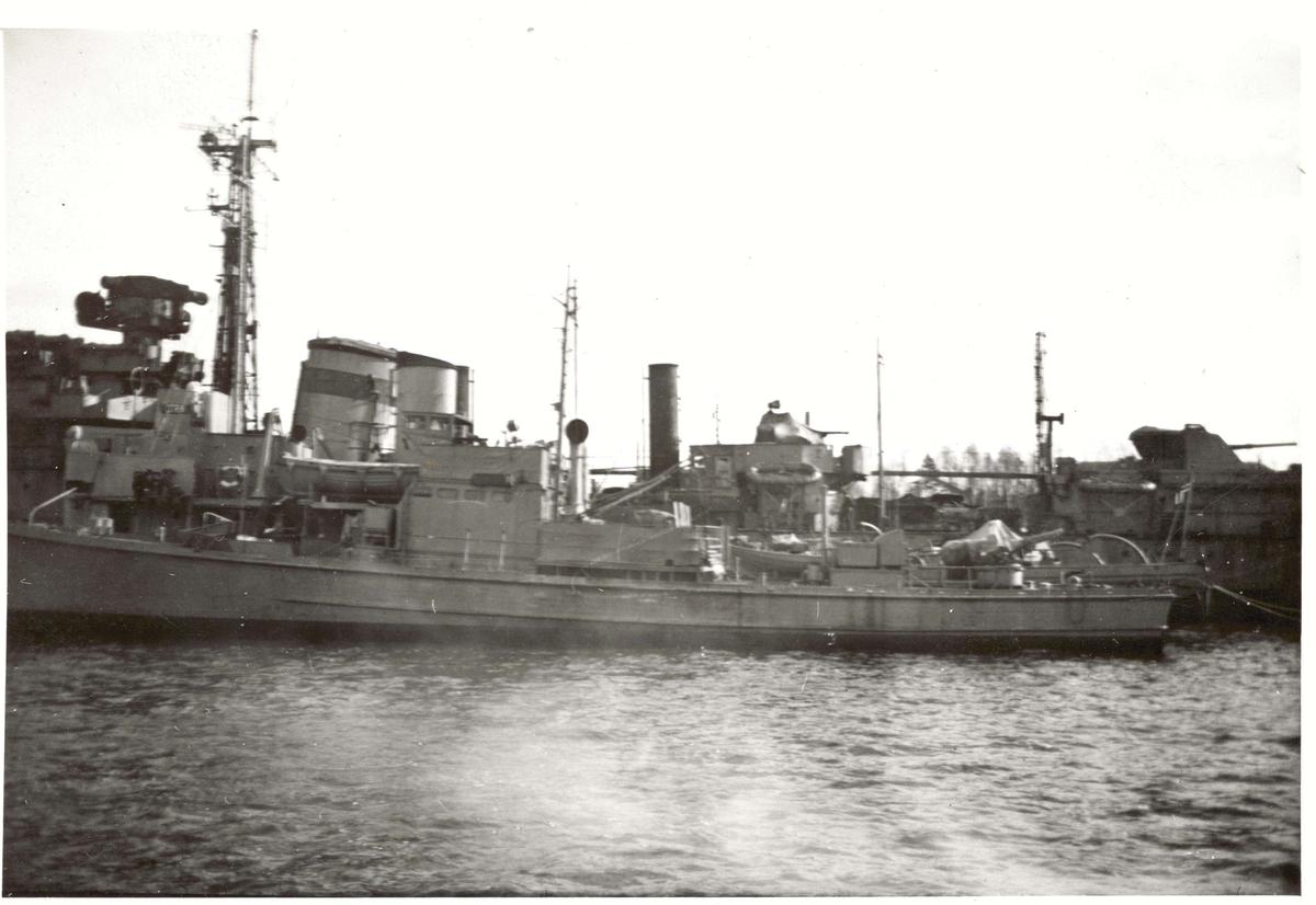 "Motiv: Undervannsbåt jageren ""Vigra"".4/5 styrbord side"