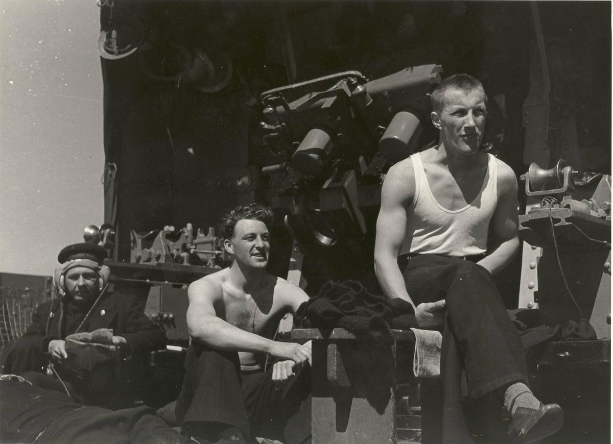 """Jageren  """"Glaisdale"""" , livet om bord under 2. VK. Mannskaper på frivakt."""