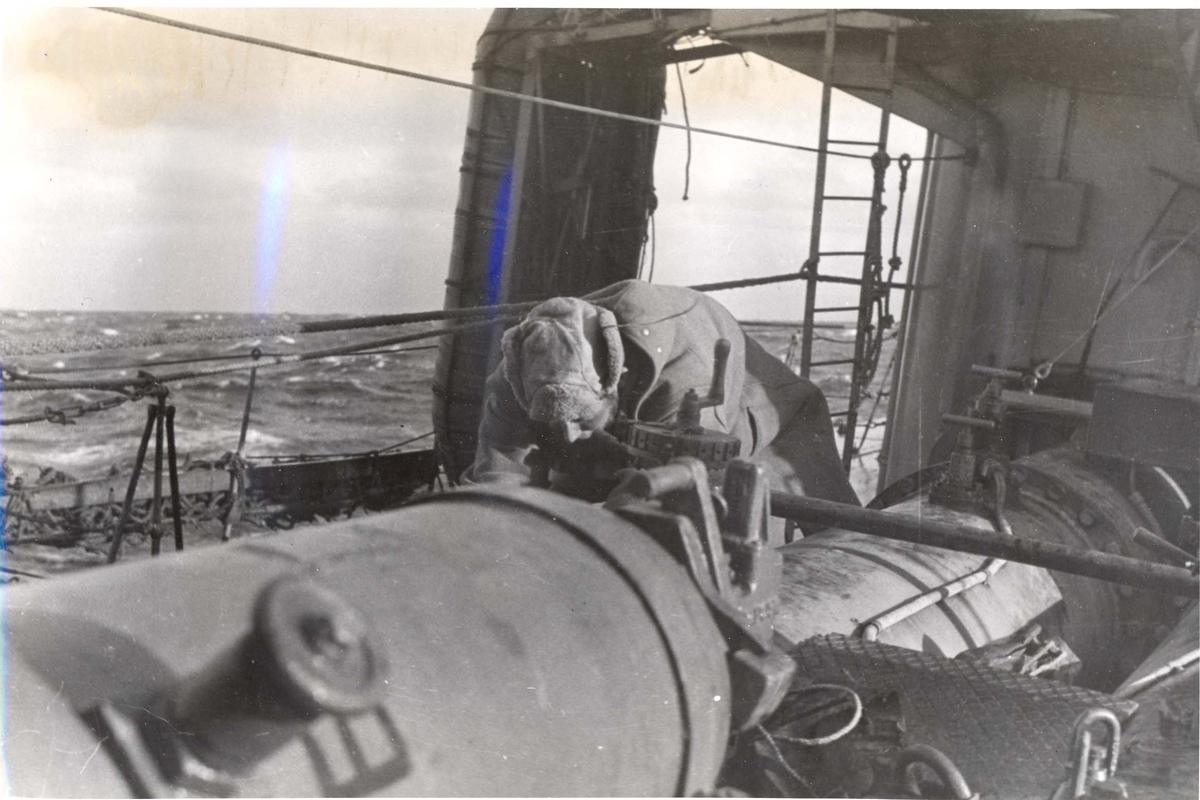 Enkeltbilde. Jageren Stord i konvoy til Murmansk. Torpedo-rørene gjøres klare for skyting