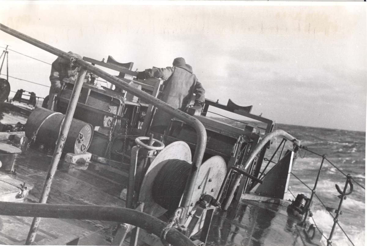 Enkeltbilde. Jageren Stord i konvoy til Murmansk.På jobb med synkeminer under en fire dagers lang kamp mot den tyske Marine nord for den Norske kyst