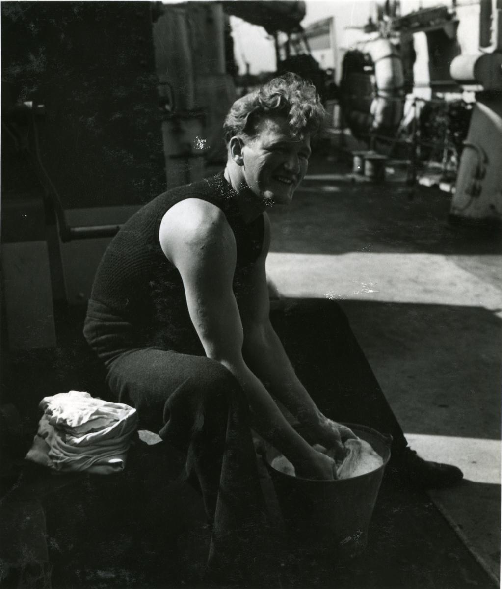 """Album Glaisdale H.Nor.M.S. """"Glaisdale"""". Fotograf: Keystone press. Vasker klær."""
