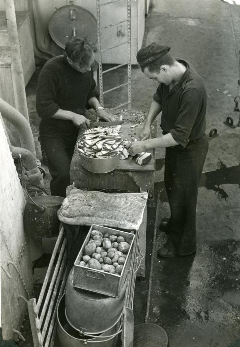 "Album Glaisdale H.Nor.M.S. ""Glaisdale"". Fotograf: Keystone press. Forbereder mat."