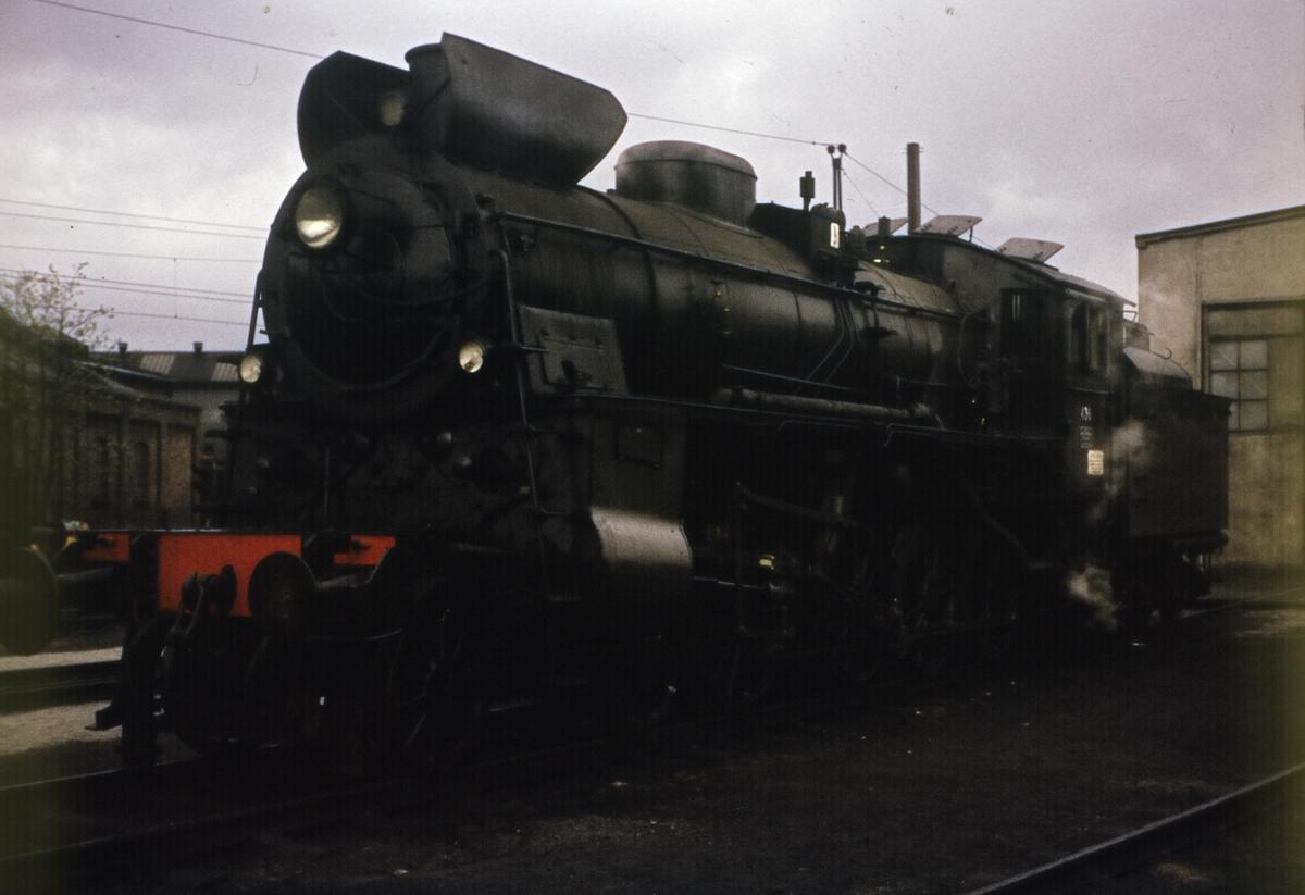 Damplokomotiv 26c nr 436 foran lokstallen på Hamar stasjon.