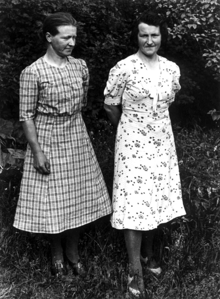Maria Høydal og en annen kvinne poserer foran kamera. Fjotland, Kvinesdal, Vest-Agder 1941.