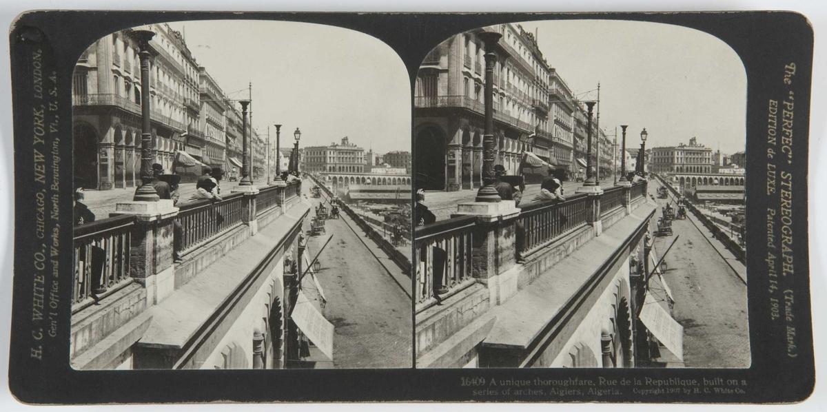 Stereoskopi. Folk på Rue de la Republique ser ned på hestevogner på veien nedenfor.