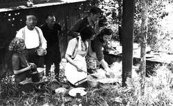 Matlaging ved jernkomfyr i friluft på Oslo Godtemplarungdoms