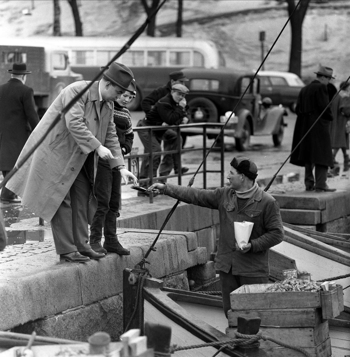 Vårtegn  i byen, fiskehandel på brygga, Oslo,  februar, 1959.