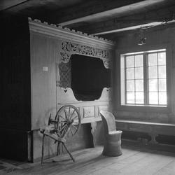 Eidsborg bygdemuseum, Tokke, 27.04.1957. Interiør med seng,