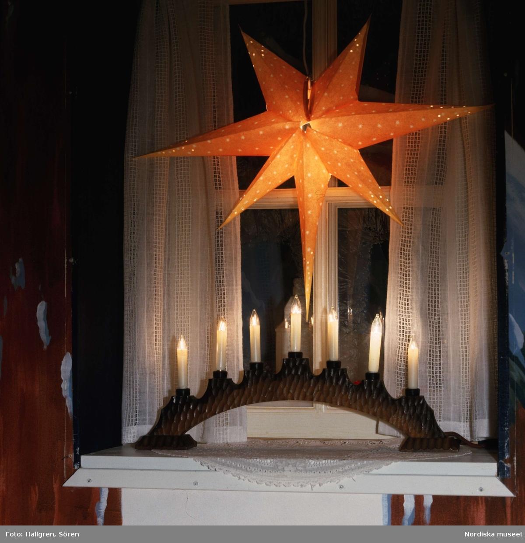Jul/advent. Den äldsta bevarade elektriska ljusstaken tillverkad av Oskar Andersson. Tillverkad 1934.Nordiska museet inv.nr 321613.