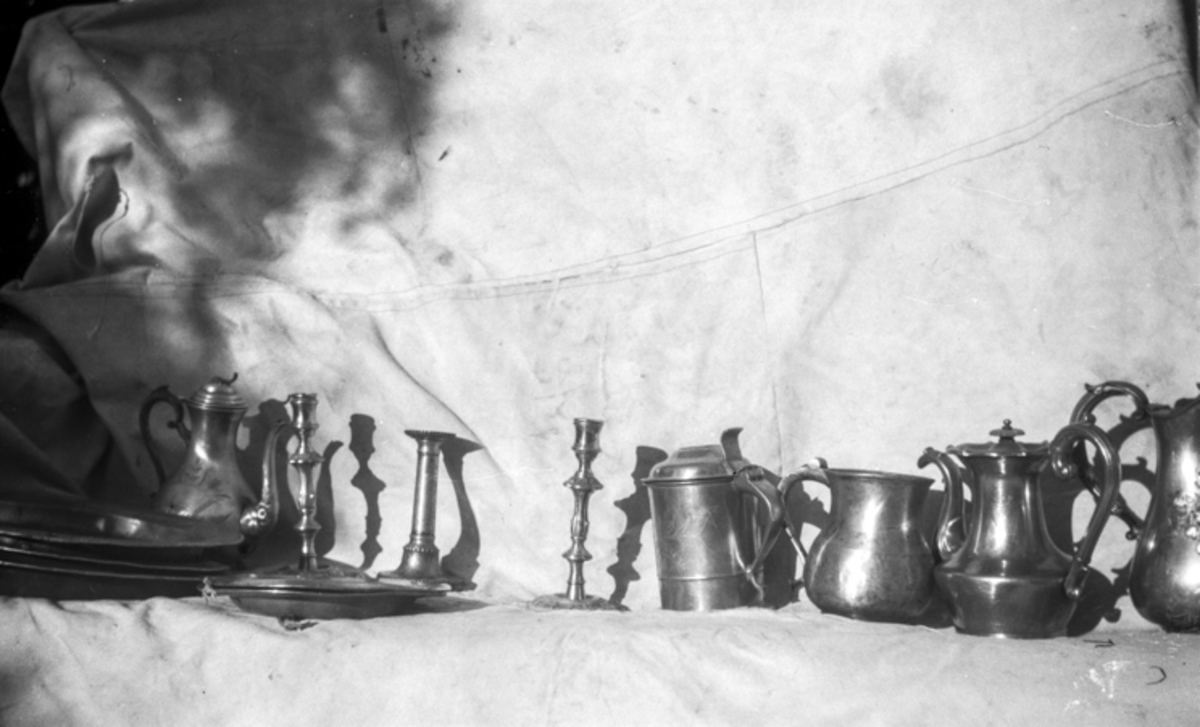Kanner, mugger, lysestaker i metall/sølv.