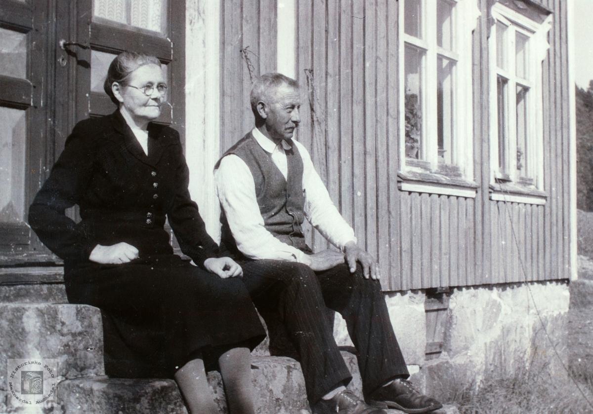 Ekteparet Gunhild og Bergtor Strisland på trappa.