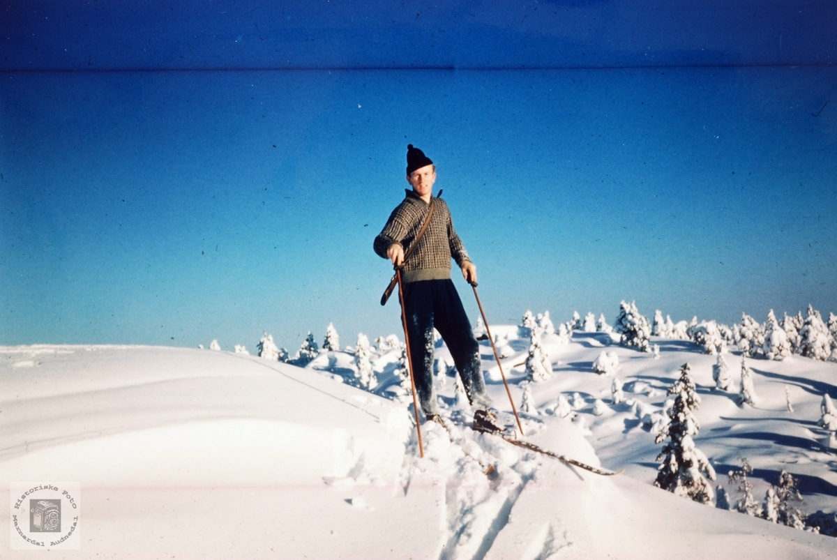 Torjus Ågedal med børsa på ski. Øvre Ågedal i Grindheim senere Audnedal.