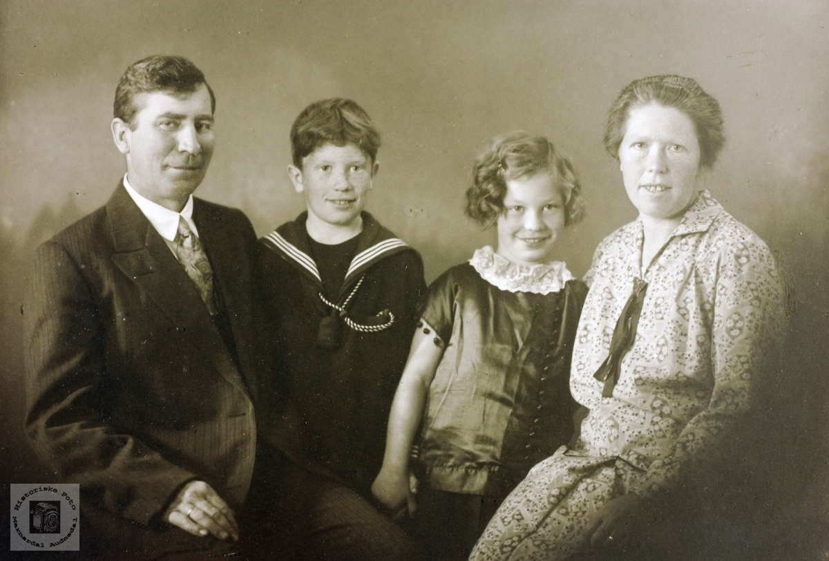 Portrett av familien Iveland. Konsmo Audnedal.