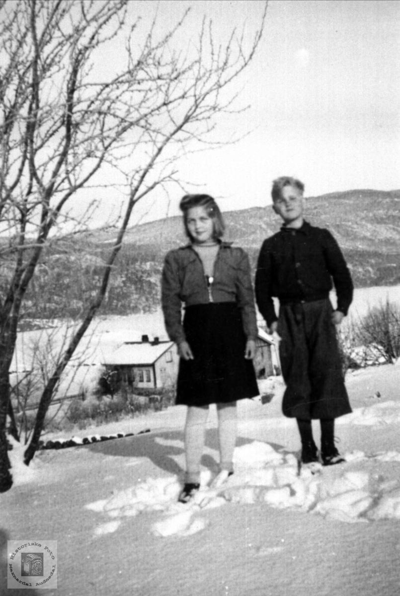 Søster og bror Olga og Kåre Abelseth, Ågedalstrand Bjelland, senere Audnedal.