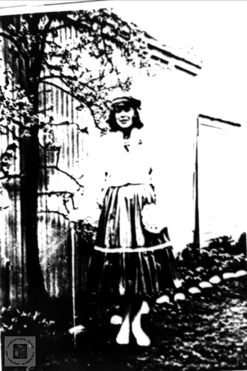 Portrett av Grønnruss Randi Rødland med røtter fra Birkeland i Laudal.