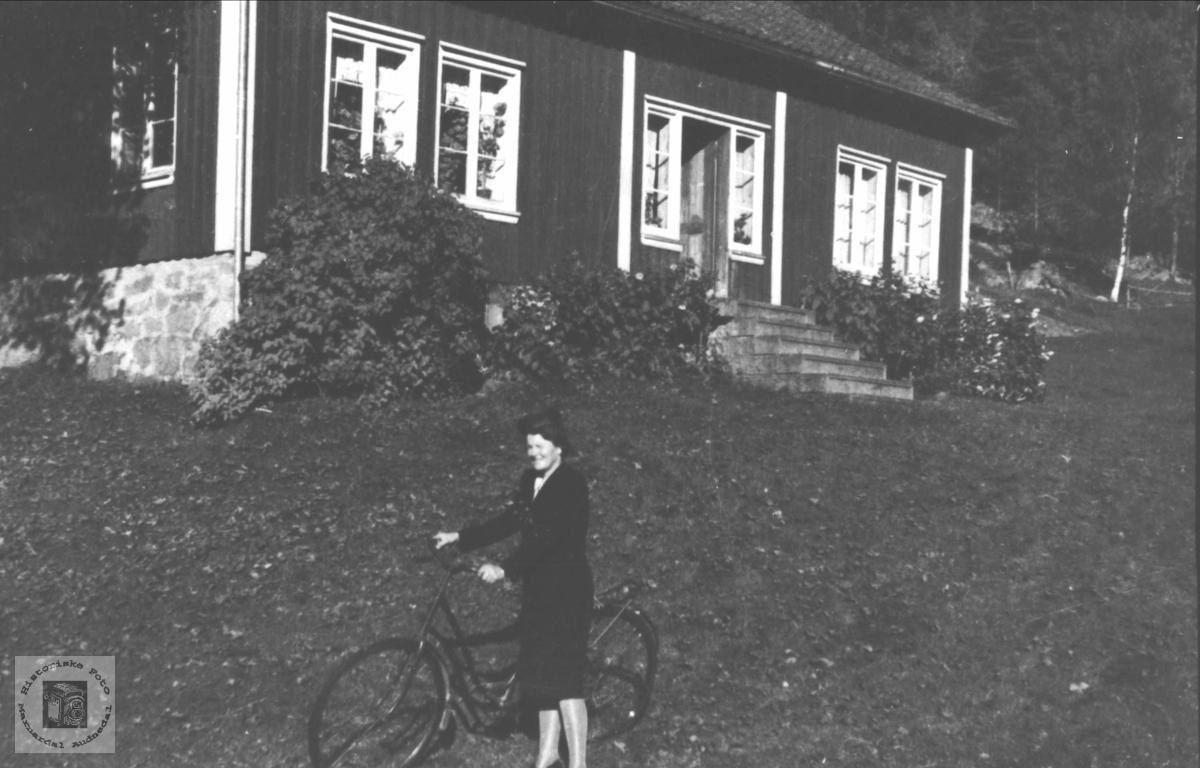 Dame med sykkel i Folldal. Maria Skåleneset.