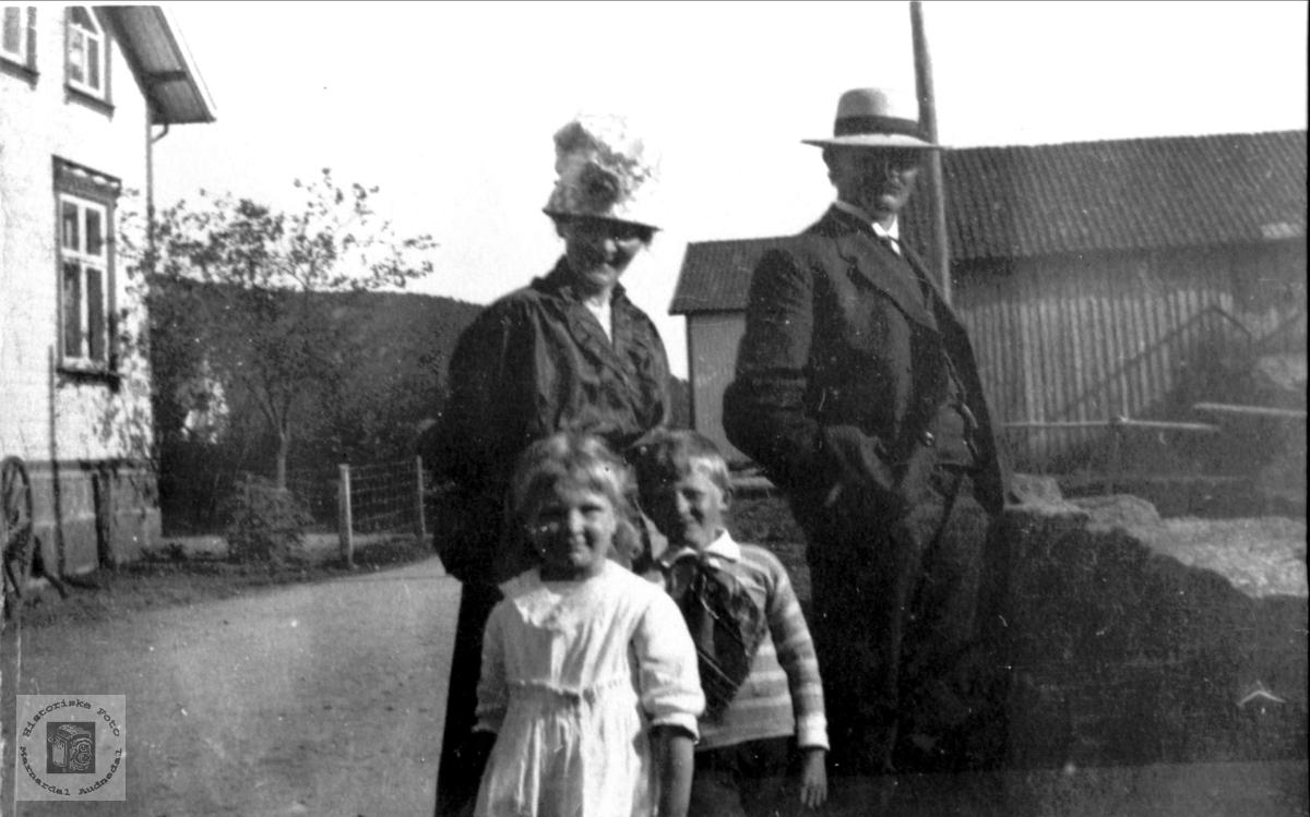 Familiegruppe. Mina og Asbjørn Øyslebø med Sigrid og Olav.