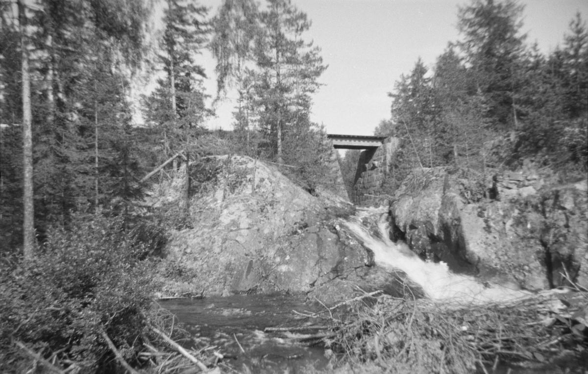 Langs Krøderbanen. Ved Liabekken, ca km 115,5, omtrent en km før Kløftefoss