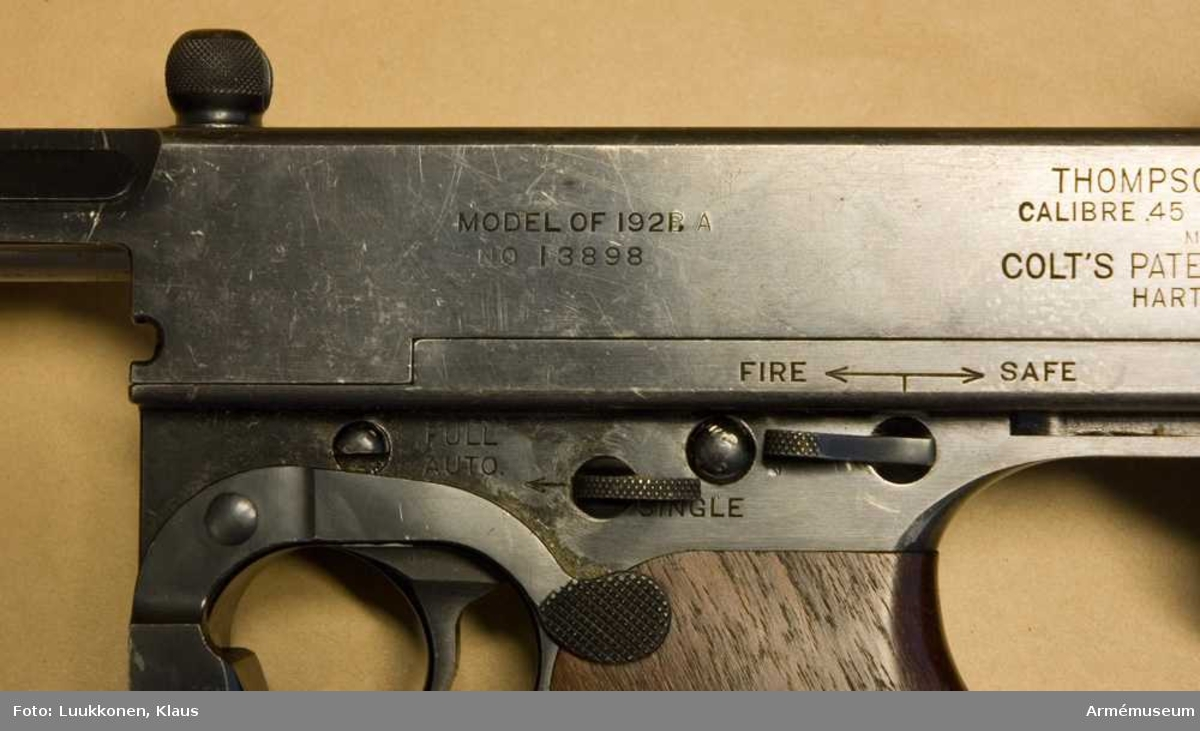 Kulsprutepistol USA m/1928, system Tompson.  Kaliber 11,43 mm (45).  Tillverkare: Auto-Ordnance Corp New York U.S.A.  Märkt: Thompson (trade mark) JHB i en cirkel. Patented March 9. 1915 July 27, 1920 May 25,4 1920 August 10, 1920 May 25, 1920 September 7, 1920 May 25, 1920 October 26, 1920 December 28, 1920. Thompson Submachine Gun, Calibre 45 automatic Colt Cartridge. Manufactured By Colt's Patent Fire Arms MFG.CO  Hartford, Conn, U.S.A.