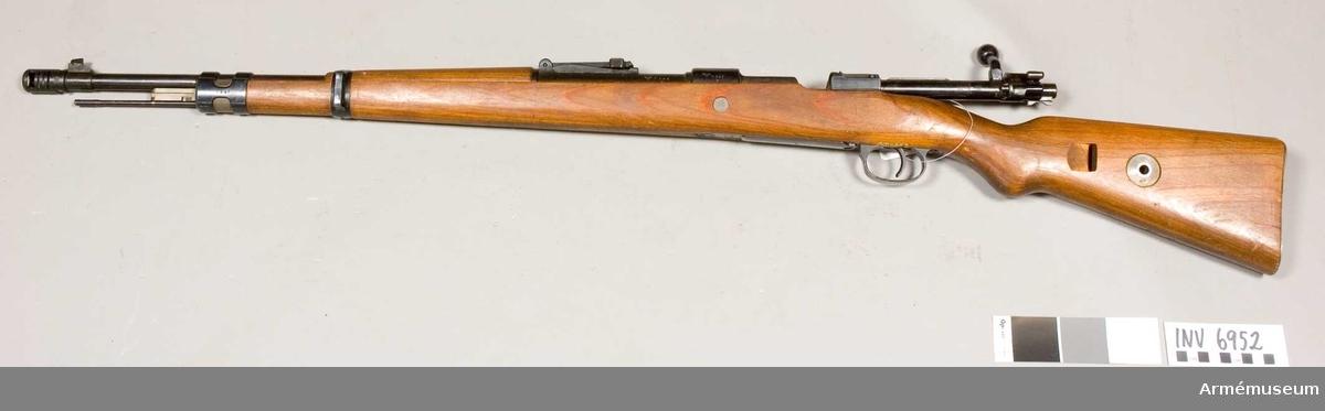 Pipans längd med mynningsbroms 625 mm. Tilllverkningsnr 7949 (243). Tillverkad i Tyskland. Märkt: tysk örn med hakkors SS. 26 Mod.98 1940 243 7,9 539 39.  Gevär m/1940 skiljer sig från gevär m/1939 genom att patronläget är uppborrat för 8 mm patron m/1932-40. Geväret är dessutom försett med mynningsbroms för att minska rekylen.